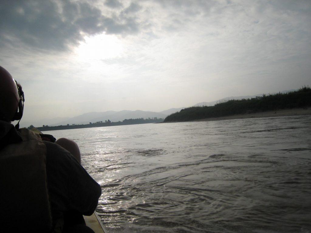 【ラオス】メコン川の水上をスピードボートで走る